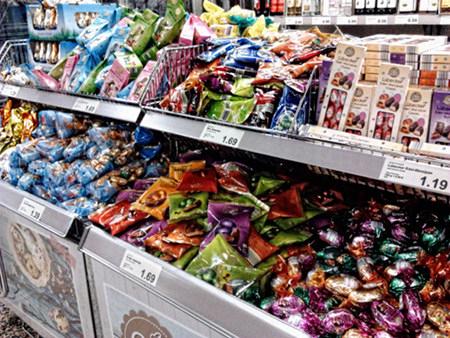 Osterprodukte im Regal eines Supermarktes