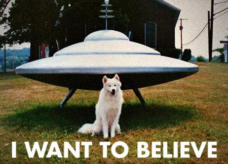 Hund vor einem Modell einer typischen fliegenden Untertasse, dazu der Text I WANT TO BELIEVE.
