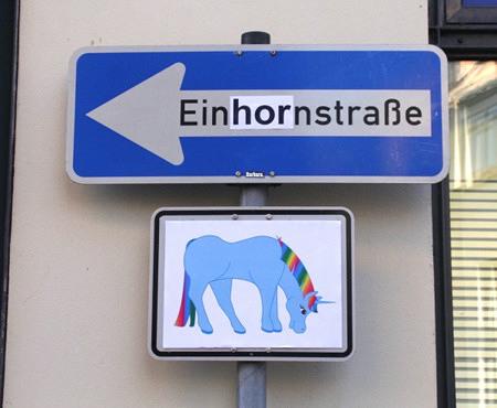 Ein von 'Barbara' bearbeitetes Schild 'Einbahnstraße', auf dem jetzt 'Einhornstraße' zu lesen ist.