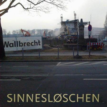 Bild eines Abrisses. Der Abrissunternehmer heißt 'Wallbrecht'. Darunter das Wort SINNESLØSCHEN.