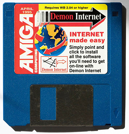 Foto einer Diskette. Amiga Computing, April 1995. Demon Internet. Requires Workbench 2.04 or higher. Internet made easy. Simply point and click to install all the software you'll need to get on-line with Demon Internet