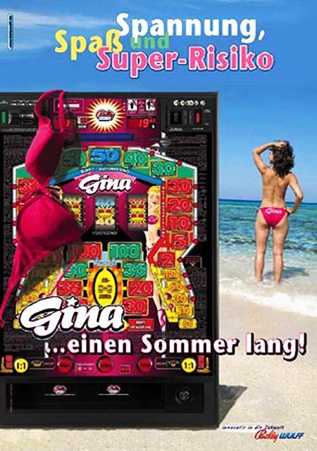 Werbung für das Bally-Wulff-Geldspielgerät 'Gina' aus dem Sommer des Jahres 2004. Eine Frau - zu sehen ist ihr Rücken und ihre Badehose mit der Aufschrift 'Gina' am Arsche - geht mit nackten Brüsten in der offenen See baden, das Oberteil ihres pinkfarbenen Bikinis hängt über dem Geldspielgerät. Dazu der Text Spiel, Spaß und Super-Risiko... Gina... einen Sommer lang.