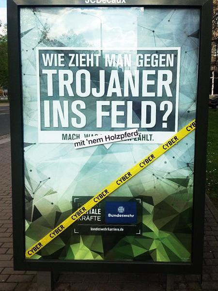 Adbusting auf eine Bundeswehr-Reklame -- WIE ZIEHT MAN GEGEN TROJANER INS FELD? -- mit 'nem Holzpferd