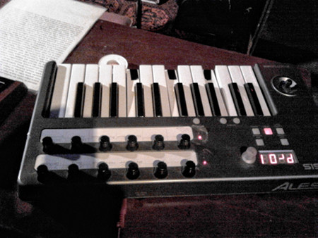 Keyboard, an dem die Töne F, H und E mit Isolierband dauerhaft angeschlagen werden