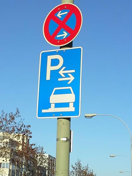 Ausschilderung: Parkplatz und absolutes Halteverbot