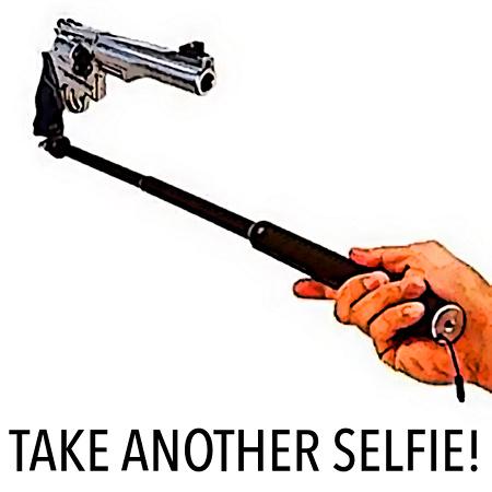 TAKE ANOTHER SELFIE! -- Mit einem Selfie-Stick, an dessen Ende statt eines Wischofones ein Revolver montiert ist...
