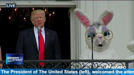 Screenshot einer Fernsehsendung, sichtbar ist US-Präsident Donald Trump auf der linken Seite und ein Osterhase auf der rechten Seite. Dazu scrollt ein Text durch: 'The President of the United States (left), welcomed...'.