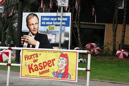 Wahlplakat der FDP, darunter sichtbar 'Hurra, der Kasper kommt'.