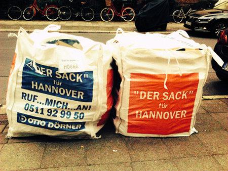 Große Müllsäcke mit dem Aufdruck 'Der Sack für Hannover'.