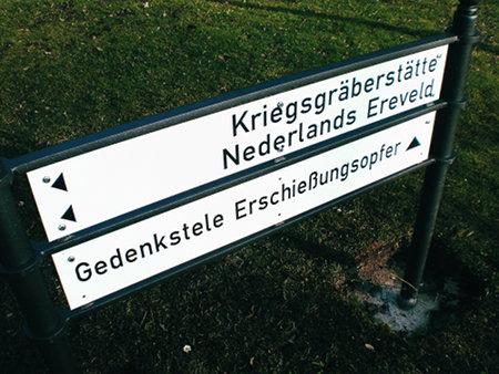 Wegweiser auf dem hannöverschen Friedhof Seelhorst -- Krieggräberstätte links, Nederlands Ereveld links, Gedenkstele Erschießungsopfer geradeaus