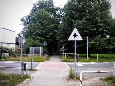 Stark verblichenes Vorfahrtsschild an einer Kreuzung, ohne roten Rahmen im Dreieck.