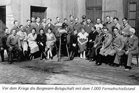 Vor dem Kriege die Bergmann-Belegschaft mit dem tausendsten Fernsehschießstand