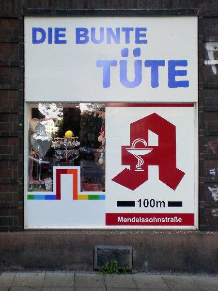 Werbung in einem Schaufenster -- Die bunte Tüte -- Apotheke 100m