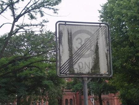 Stark korrodiertes Verkehrszeichen 'Ende der Tempo-30-Zone' in Hannover.