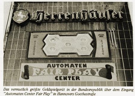 Das vermutlich größte Geldspielgerät in der Bundesrepublik über dem Eingang 'Automaten Center Fair Play' in Hannovers Goethestraße