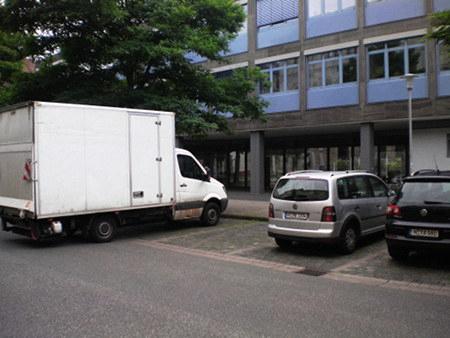 Sehr asozial und verkehrsbehindernd parkender Zeitgenosse