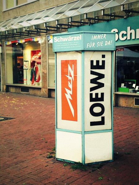Anachronistisch anmutende Reklame auf der Lister Meile in Hannover, für die Unterhaltungsgeräte-Marken 'Metz' und 'Loewe'.