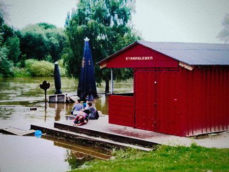 Strandleben in Hannover (Nähe Linden) bei Hochwasser... das hätte ruhig noch etwas höher steigen können, um es hinfortzuspülen!