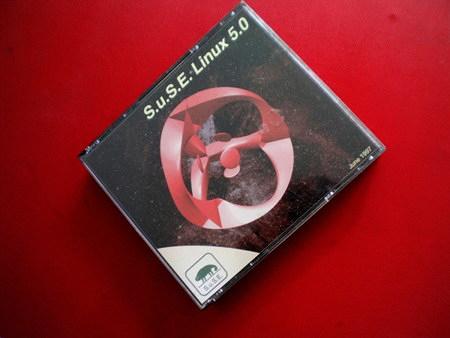 CD-Verpackung von S.u.S.E.-Linux 5.0 aus dem Juni des Jahres 1997