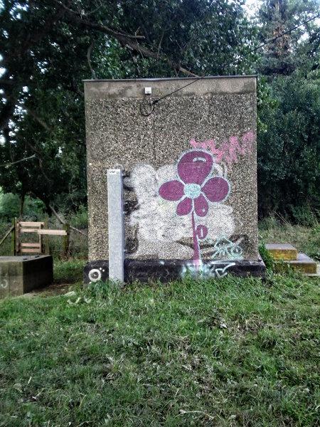 Graffito an einer hässlichen Betonwand
