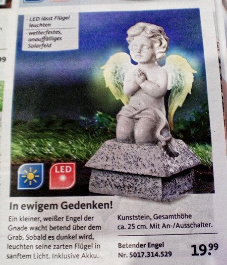 Ein kleiner weißer Engel der Gnade wacht betend über dem Grab. Sobald es dunkel wird, leuchten seine zarten Flügel in sanftem Licht. Inklusive Akku. Kunststein, Gesamthöhe ca. 25 cm. Mit An-/Ausschalter.