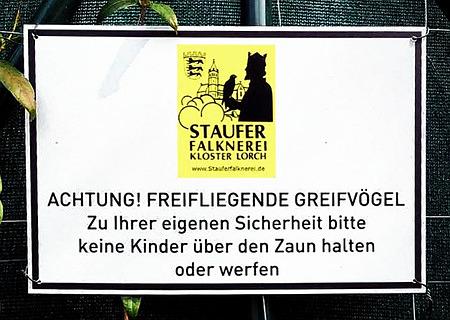 ACHTUNG! FREIFLIEGENDE GREIFVÖGEL! Zu Ihrer eigenen Sicherheit bitte keine Kinder über den Zaun halten oder werfen