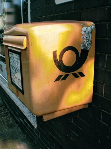 Graffito an einem Briefkasten. Das Posthörnchen wurde 'verschönert'.