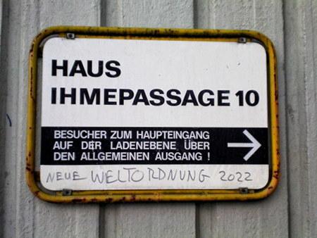 Schild aus dem Siebziger Jahren in der Ruine des Ihmezentrums -- Haus Ihmepassage 10 -- Besucher zum Haupteingang auf der Ladenebene über den allgemeinen Ausgang -- Darunter ein Graffito: Neue Weltordnung 2022