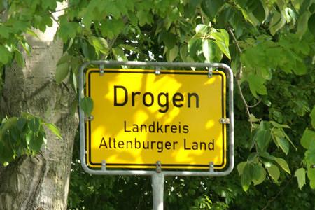 Ortseingangsschild 'Drogen, Landkreis Altenburger Land'.
