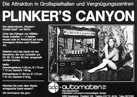 Werbung aus einem Fachmagazin für Automatenaufsteller aus dem Jahr 1977 -- Die Attraktion in Großspielhallen und Vergnügungszentren -- PLINKER'S CANYON -- Das elektronische Western-Schieß-Spiel von SEGA. -- Unter den Klängen von Hillibilly-Musik schießen 1 - 4 Spieler einzeln oder im Wettstreit auf lustig verwegene Motive nach Western-Art. -- Geliefert wird das Gerät mit vier Gewehren, die vom Aufsteller auf 50, 60, 70 oder 90 Sekunden eingestellt werden können. -- Maße: Gewehrgehäuse H 60 cm, B 175 cm, T 72 cm, Gewicht 148 kg. Motivgehäuse H 184 cm, B 175 cm, T 61 cm, Gewicht 216 kg. -- Möchten Sie mehr über dieses erfolgreiche Gerät wissen? Wir informieren Sie gern. adp-Automaten GmbH Paul Gauselmann, Fabrikation und Import münzbetätigter Geräte.