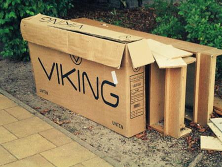 Verpackung eines Fernsehers 'Viking' mit Angabe, welcher Teil des Paketes 'unten' ist.