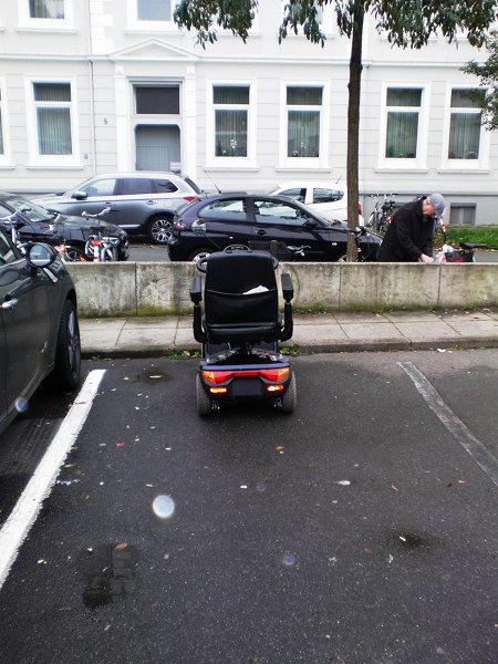 Rollstuhl auf einem Autoparkplatz