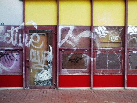 Hässliche Tür im Ihmezentrum in Hannover-Linden -- das an Tür- und Fensterrahmen noch sichtbare Weinrot ist übrigens original Auslieferungszustand aus den Siebziger Jahren