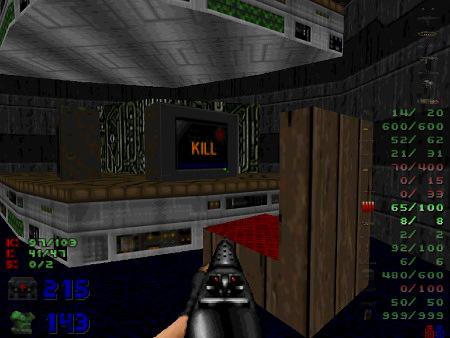 Screenshot DooM -- Ein schlecht modellierter Stuhl steht vor einem Podest, auf dem ein Bildschirm steht, der das Wort 'Kill' anzeigt.