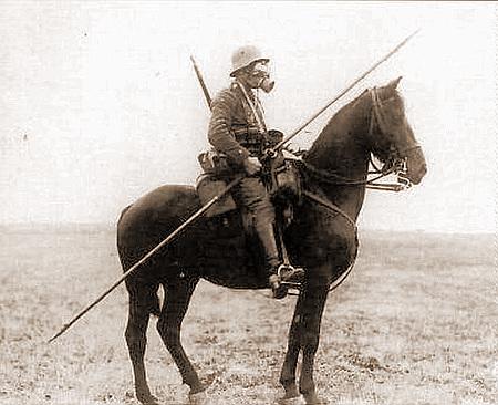 Eine Szene aus dem Ersten Weltkrieg. Ein Soldat reitet mit Gasmaske auf einem (ungeschützten) Pferd
