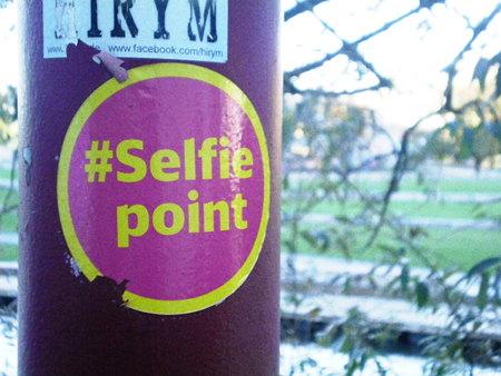 Aufkleber an einem Laternenmast: #Selfiepoint