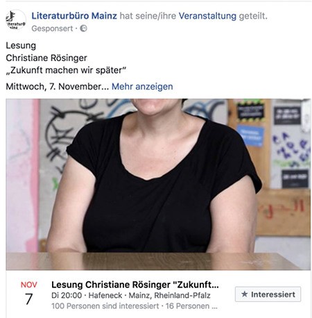 Literaturbüro Mainz -- Lesen Christiane Rösinger 'Zukunft machen wir später'. Dazu ein Vorschaubild, bei dem der Kopf abgeschnitten wurde, so dass nur die Schultern und Brüste vor einem Tisch sichtbar sind