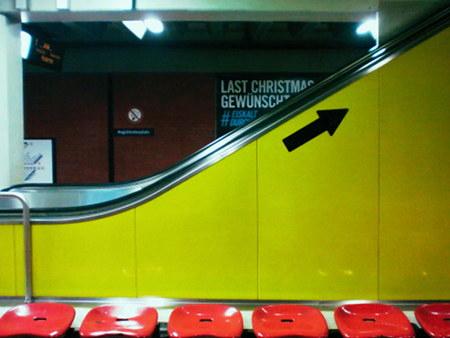 Nach oben weisender Pfeil an einer Rolltreppe in der ganz normalen Tristesse der hannöverschen U-Bahn-Station Aegidientorplatz