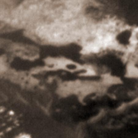 Foto der Marsoberfläche mit einer sehr künstlich aussehenden Struktur