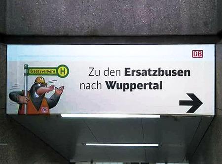 Hinweisschild am Ausgang eines Bahnsteiges in einem Bahnhof: 'Zu den Ersatzbusen nach Wuppertal'.