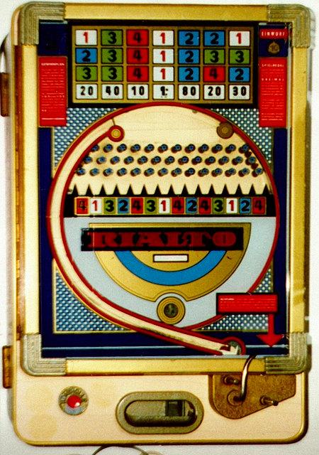 Wulff-Geldspielgerät 'Rialto' aus dem Jahr 1964 -- es handelt sich um eine damals offenbar noch legal betreibbare Kugelschleuder mit Nagelbrett.