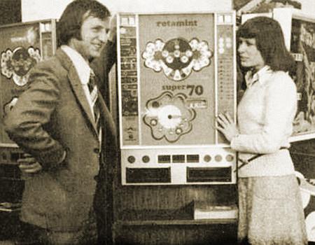 Foto des NSM-Geldspielgerätes Rotamint Super 70 aus dem Jahr 1974 in einem damaligen Fachmagazin für Automatenaufsteller. Zur Rechten des Gerätes steht die Schlagersängerin Mary Roos, die Gestalt zur Linken kenne ich nicht.