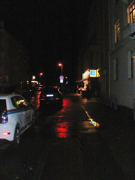 Edeka-Laden an einem verregneten Abend