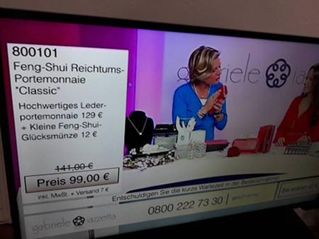 Verkaufssendung auf einem Trashsender im Fernsehen. Das aktuell präsentierte Produkt ist ein Feng-Shui Reichtumsportemonnaie 'Classic' für 129 Euro, dazu gibt es eine kleine Feng-Shui-Glücksmünze für 12 Euro, im Paket für nur 99 Euro.