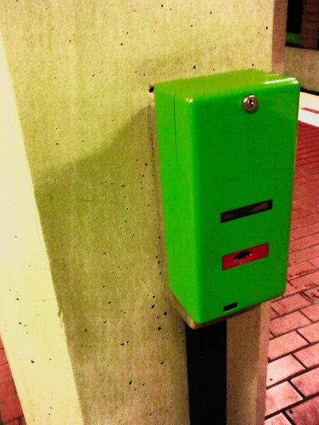 Hässlicher grüner Fahrkartenentwerter an einer hässlichen grauen Betonsäule in der hannöverschen U-Bahn-Station Aegidientorplatz