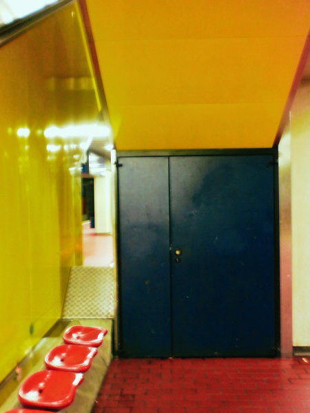 Tür auf der Rückseite einer Rolltreppe in der U-Bahn-Station Aegidientorplatz, Hannover.