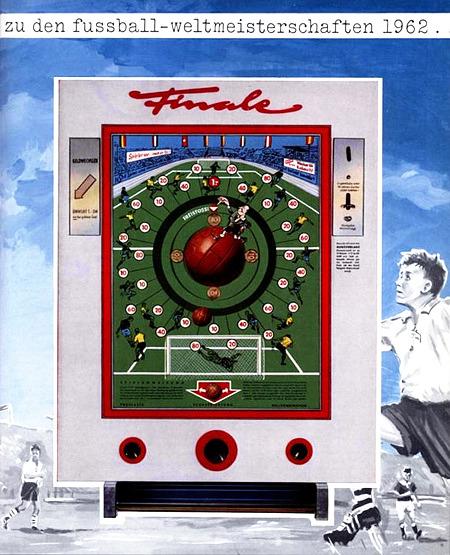 Werbung für das NSM-Geldspielgerät Finale aus dem Jahr 1962: zu den fussball-weltmeisterschaften 1962. -- Abbildung des Geldspielautomaten, umgeben von getuschten Fußballszenen