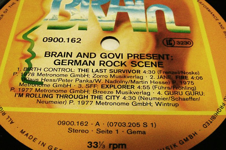 Label auf einer Schallplatte aus den Siebziger Jahren -- BRAIN AND GOVI PRESENT: GERMAN ROCK SCENE. 1. BIRTH CONTROL: THE LAST SURVIVOR 4:30, 2. JANE: FIRE 4:06, 3. SFF: EXPLORER 4:55, 4. GURU GURU: I'M ROLLING THROUGH THE CITY 4:30
