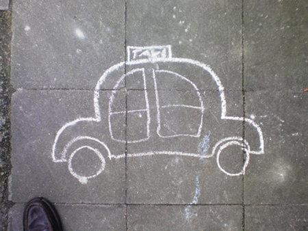 Von einem vermutlich etwas ausgewachsenerem Kind mit Kreide auf dem Weg gezeichnetes Taxi
