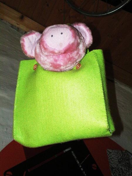 Eine Tasche mit einem Plüschschwein